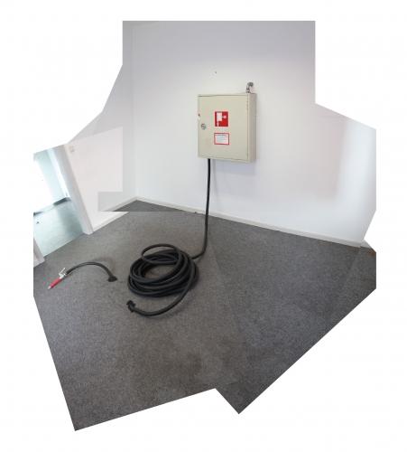 Wandhydrant 02 / Gummi, Stahl, Blech / 90 x 100 x 39 cm / Schlauchanordnung : variabel